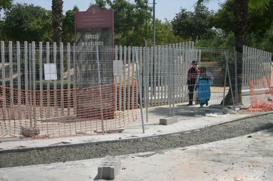 Zona del acerado vallado junto al parque Miraflores con motivo de las obras del carril bici./ Belén Vargas