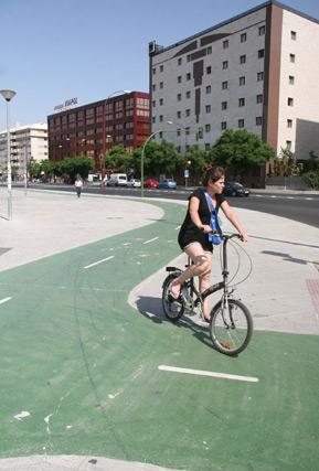 Una joven pasea en bicicleta por el carril bici de Ramón y Cajal./ Victoria Hidalgo