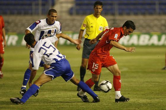 Un gol de Escudé da al Sevilla su sexto Trofeo Carranza.   Foto: Joaquin Pino