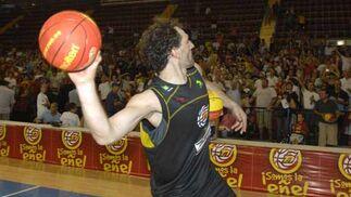 Garbajosa lanza el balón a los seguidores que presenciaron el entrenamiento.  Foto: Manuel Gómez