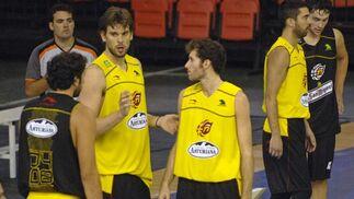Marc Gasol habla con algunos de sus compañeros durante la primera sesión de entrenamiento de la Selección en Sevilla./ Manuel Gómez