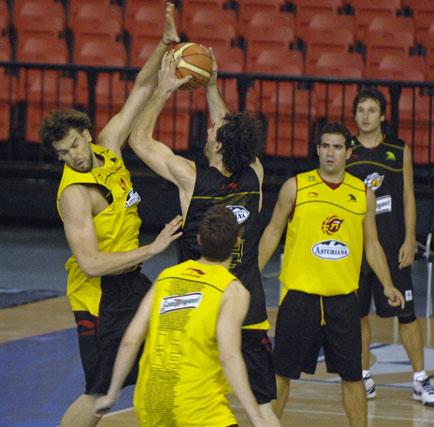 Marc Gasol intenta evitar la canasta de un compañero ante la mirada del resto del equipo./ Manuel Gómez