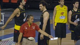 Scariolo junto a los jugadores de la Selección en el Pabellón Municipal de San Pablo en Sevilla./ Manuel Gómez
