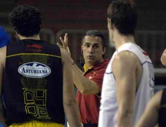 Scariolo da instrucciones a sus jugadores.  Foto: Manuel Gómez