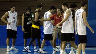 Scariolo dispone a los jugadores para realizar un partido.  Foto: Manuel Gómez