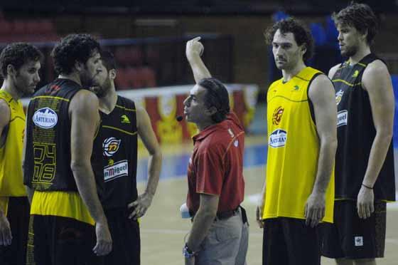 Sergio Scariolo da instrucciones a Mumbrú y Cabezas, y el resto atiende a ellas.  Foto: Manuel Gómez