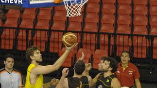 Varios jugadores de la Selección española absoluta de baloncesto bajo una de las canastas./ Manuel Gómez