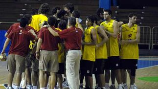 Los jugadores de la selección española hacen piña al final del entrenamiento.  Foto: Manuel Gómez