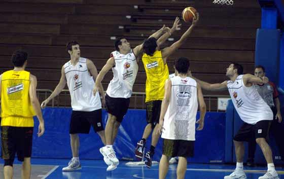 Los jugadores de la selección durante un partido en el entrenamiento.  Foto: Manuel Gómez