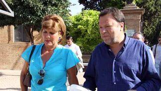 La concejal de Salud y Consumo del Ayuntamiento, Teresa Florido, junto al alcalde, Alfredo Sánchez Monteseirín./ Belén Vargas