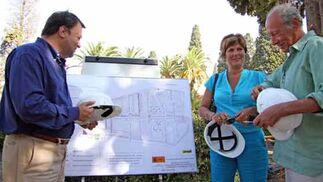 Monteseirín habla con la concejal de Salud y Consumo del Ayuntamiento y con el director facultativo del cementerio./ Belén Vargas