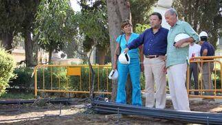 Monteseirín visita junto a la concejal de Salud y Consumo las obras que se ejecutan en el cementerio de la capital./ Belén Vargas