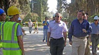 Monteseirín visita las obras del cementerio de San Fernando para ver cómo evolucionan./ Belén Vargas
