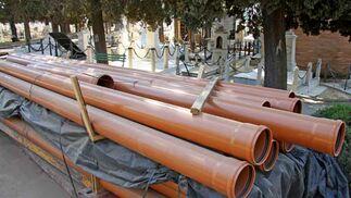 Parte de los tubos que se incluirán en las obras que están en ejecución en el cementerio de Sevilla./ Belén Vargas