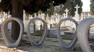 Parte de las estructuras que se utilizarán en las obras del cementerio sevillano con sepulturas de fondo./ Belén Vargas