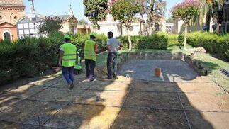 Varios trabajadores observan las obras del cementerio de San Fernando./ Belén Vargas