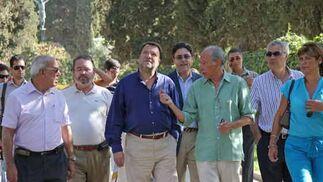 El alcalde, acompañado de más personas, recorre las calles del cementerio para ver la evolución de las obras./ Belén Vargas