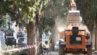 Una máquina excavadora trabaja en las obras./ Belén Vargas