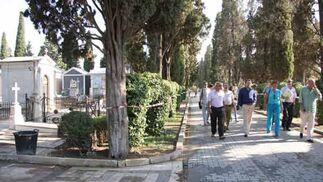 El alcalde durante el recorrido que ha hecho por el cementerio de Sevilla./ Belén Vargas