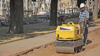 Un obrero trabaja sobre el nuevo pavimento del cementerio de la ciudad./ Belén Vargas