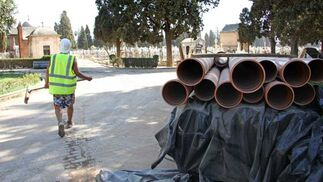Un trabajador de las obras del cementerio junto a parte del material de las mismas./ Belén Vargas