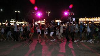 Jóvenes bailando la conga en la nueva zona habilitada para la concentración de este colectivo. FOTO: J.M. Flores