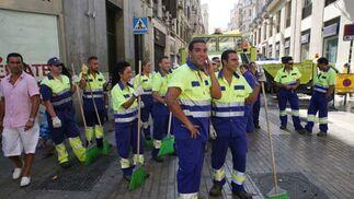 Operarios de limpieza dispuesto a comenzar su labor.