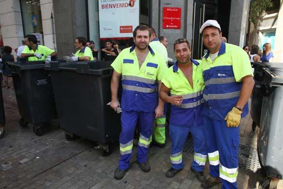 Trabajadores de limpieza en calle Larios.
