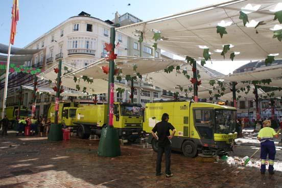 Los camiones de Limasa realizan labores de limpieza después de la Feria.