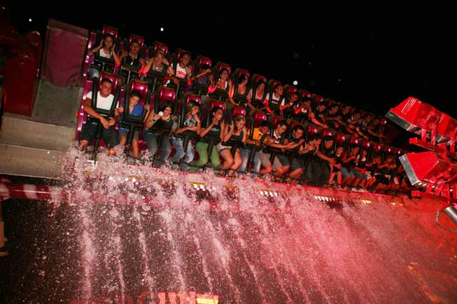 No hay nada mejor que mojarse un poco para sofocar el calor de la noche. FOTO: PUNTO PRESS
