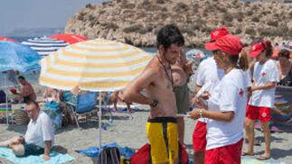 Los voluntarios ofrecen información los bañistas a lo largo de toda la playa.  Foto: Salvador Rodriguez Caña