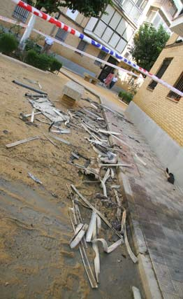 Restos de las persianas caídas en el suelo.  Foto: Victoria Hidalgo