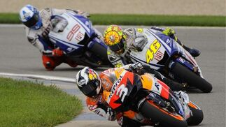 Dani Pedrisam Valentino Rossi y Jorge Lorenzo toman una curva durante el Gran Premio de Motociclismo de Indianápolis.