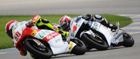 Simoncelli sueda por delante del japonés Hiroshi Aoyama, durante de carrera.