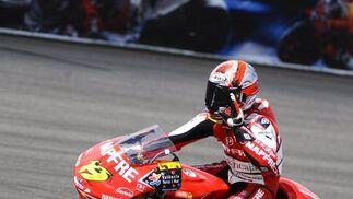 El español Álvaro Bautista saluda tras la carrera.