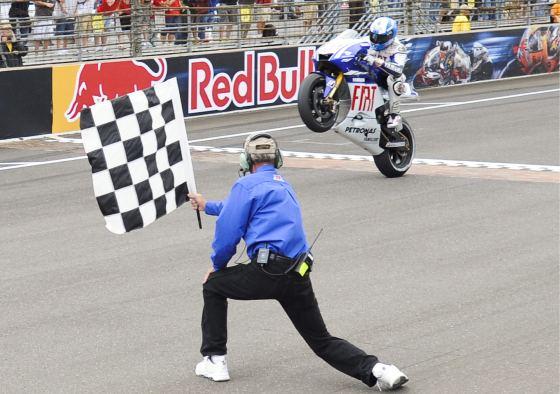 El español Jorge Lorenzo es el primero en cruzar la línea de meta.