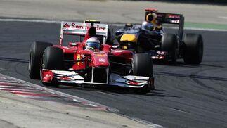 Alonso, perseguido de cerca por Vettel en el tramo final de la carrera. / AFP