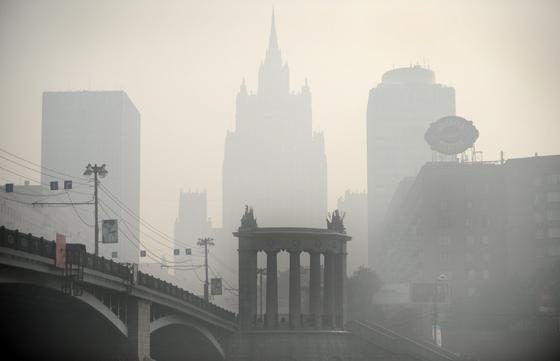 Los edificios apenas se pueden ver en Moscú por la nube de humo y cenizas. / AFP