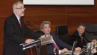 El consejero de Economía, Innovación y Ciencia, Antonio Ávila, pronuncia su discurso ante David Alva y José Joly.  Foto: J.C. Vázquez Y J.A. García