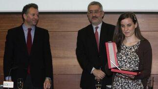 La ganadora del concurso, Clara de Miguel, ante el consejero de Economía.  Foto: J.C. Vázquez Y J.A. García