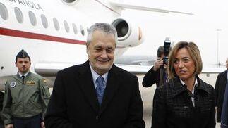 El presidente de la Junta de Andalucía, José Antonio Griñán, junto a la ministra de Defensa, Carme Chacón, en la planta de ensamblaje del A400M.  Foto: Antonio Pizarro
