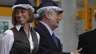 La ministra de Defensa, Carme Chacón, junto al presidente de la Junta de Andalucía, José Antonio Grñán, en la planta de ensamblaje del A400M.  Foto: Antonio Pizarro