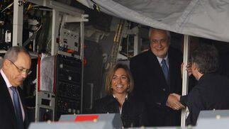 La ministra de Defensa, Carme Chacón, y el presidente de la Junta de Andalucía, José Antonio Griñán, en el interior del A400M.  Foto: Antonio Pizarro