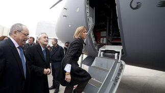 La ministra de Defensa, Carme Chacón, y el presidente de la Junta de Andalucía, José Antonio Griñán, se adentran en el A400M.  Foto: Antonio Pizarro
