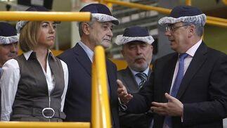 La ministra de Defensa, Carme Chacón; el presidente de la Junta de Andalucía, José Antonio Griñán; y el responsable de Airbus Military, Domingo Ureña; durante su visita a la planta de ensamblaje del avión militar.  Foto: Antonio Pizarro