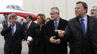 El responsable de Airbus Military, Domingo Ureña, junto a la ministra de Defensa, Carme Chacón; el presidente de la Junta de Andalucía, José Antonio Grñán; y el alcalde de Sevilla, Alfredo Sánchez Monteseirín, en la planta de ensamblaje del A400M.  Foto: Antonio Pizarro