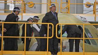 El responsable de Airbus Military, Domingo Ureña, junto a la ministra de Defensa, Carme Chacón; el presidente de la Junta de Andalucía, José Antonio Grñán; y el alcalde de Sevilla, Alfredo Sánchez Monteseirín, en su visita a la planta de ensamblaje del A400M.  Foto: Antonio Pizarro