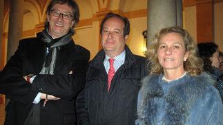 El viceconsejero de Salud, Enrique Cruz, con Antonio Castaño Seiquer y Adela González, de la Fundación Odontológica Social.  Foto: Victoria Ramírez