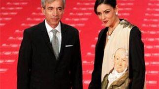 Imanol Arias, junto a su pareja. / EFE · Reuters · AFP