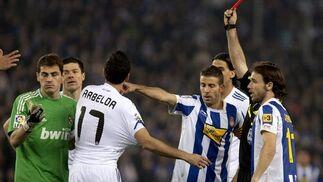Casillas ve la tarjeta roja por una falta a Callejón. / EFE